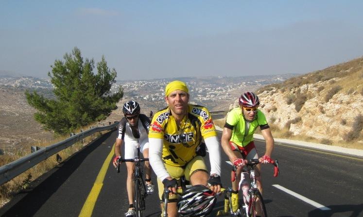איך התחלתי לרכוב בשטחי יהודה ושומרון? יותם קאופמן לוקח אותנו למסע אופניים במקום מסקרן