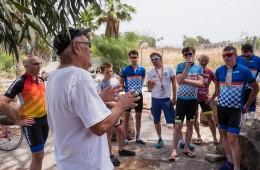 בתמונה: שי תמרי, אביו של גיא, נותן הסבר קצר על המקום