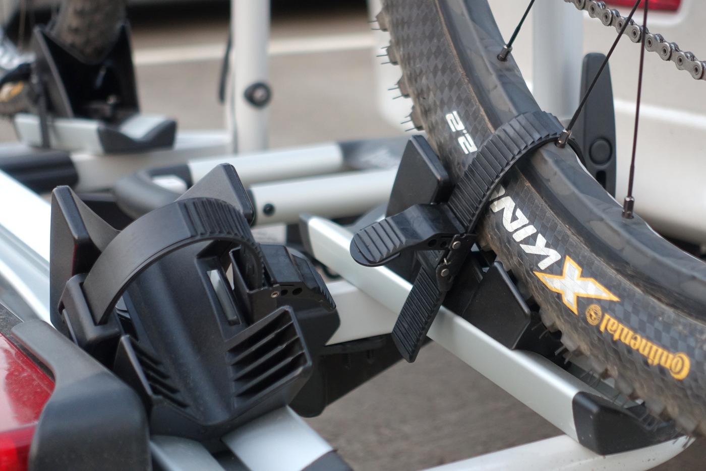 השיפוע תופס את האופניים שלא ינוע, והמסילה עם שיכוך מסוים