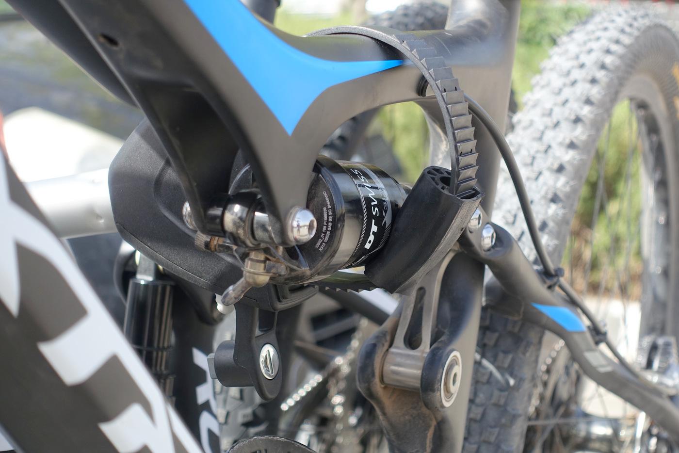 """הרצועה מאפשרת עיגון גם של אופניים עם צינורות """"בעייתיים"""""""