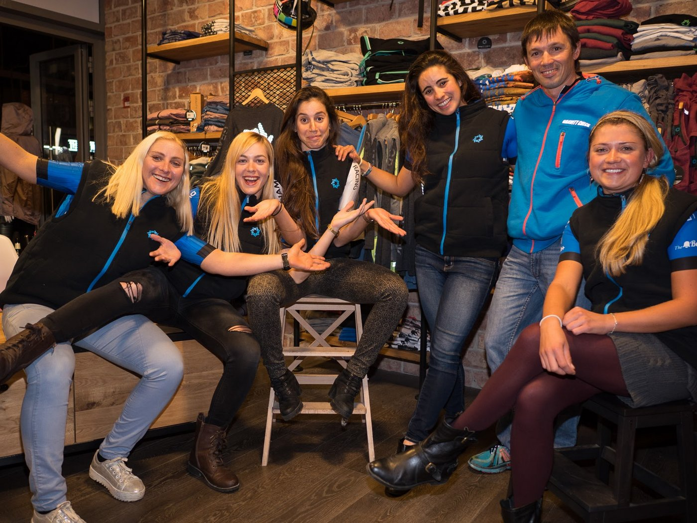 תמונה: ויקטור עם נבחרת הנשים עילית של דינמו רייסינג