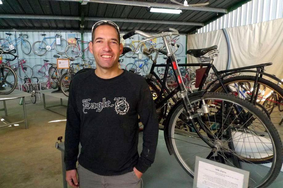 בתמונה: אלון במוזיאון לצד אופני ההרקולס והברנבור עם חישוקי העץ (צילום: רננה וולף)