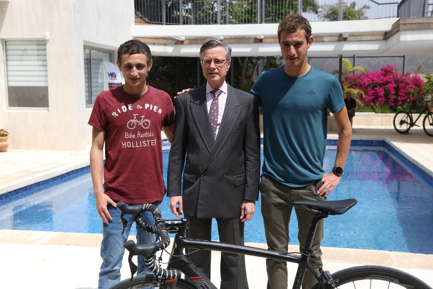 רוכבי BH ישראל: שחר ורן שגיב עם שגריר ספרד בישראל (צילם: דימה קרמינסקי, BH)