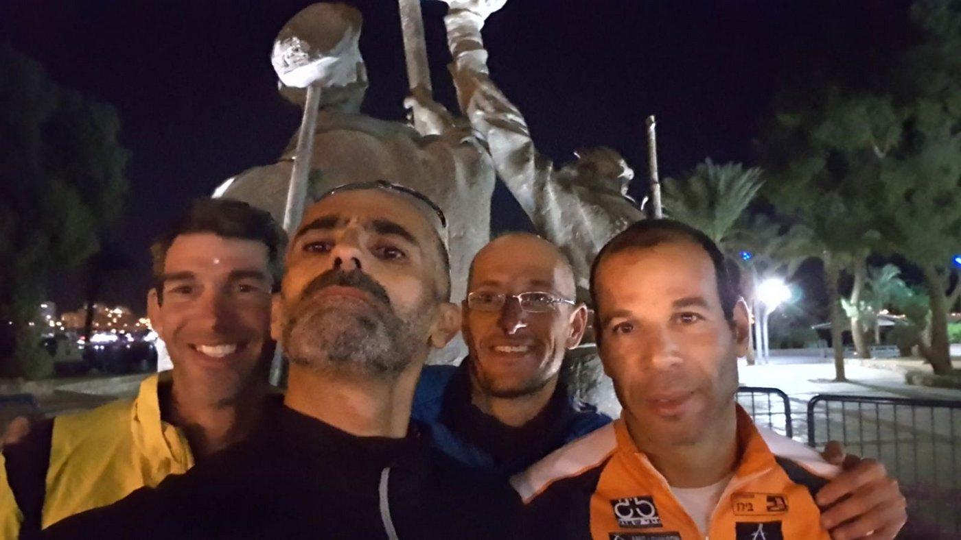 פסל דגל הדיו, הגענו! מימין: עבאדי, איתי, אלן ותמיר